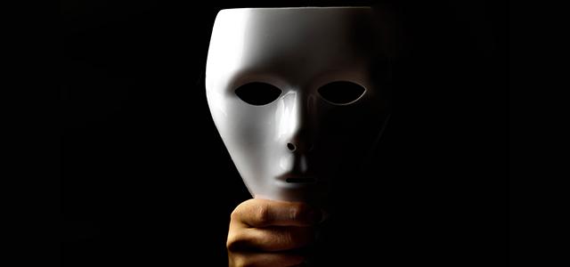 悪意ある加害者の心理をイメージした白い仮面